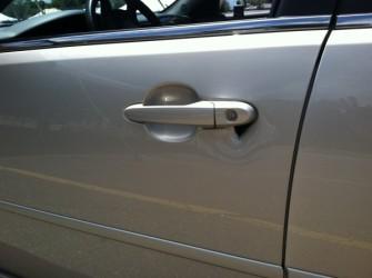 Ślady włamania na samochodzie