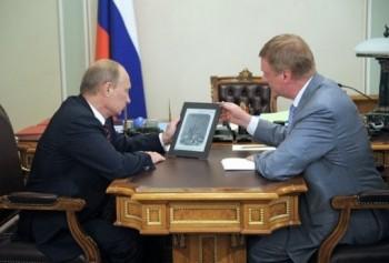 Putin bawi się rosyjskim tabletem