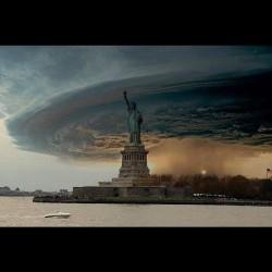 Zdjęcie huraganu na tle statuy wolności