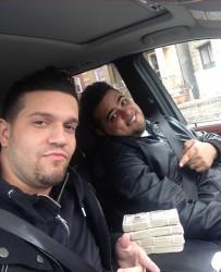"""Zdjęcie wykonane z wykardzionymi pieniędzmi przez 2 z objeżdżających bankomaty """"mułów"""""""