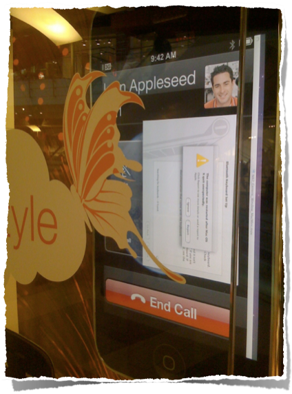 Salon Orange z wielkim iPhonem, na który składa się komputer z wyświetlanym w pętli demo ...do którego ktoś chciał siępodpiąć po Bluetooth ;)