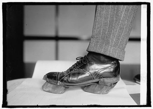 Nie wszystko jest tym, czym się wydaje -- fałszywy but wykorzystywany przez bimbrowników. Zamiast odcisku ludzkiego buta zostawiał odcisk krowiego kopyta