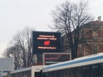 Pozdrowienia dla redakcji Niebezpiecznika na jedym z krakowskich bannerów cyfrowych