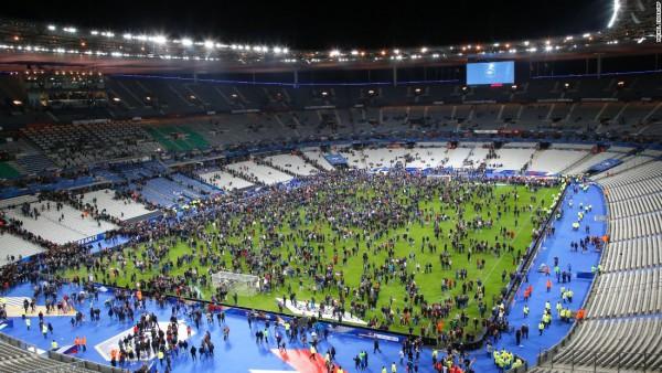 Paryski stadion po wybuchu bomby.