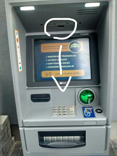 Bankomat Euronetu ze szczeliną nad klawiaturą