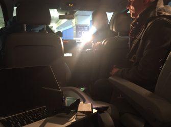 W czarnym vanie, na parkingu, podczas nagrywania materiału dla jednej z telewizji