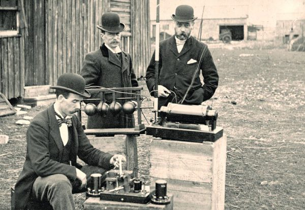 Urzędnicy poczty przeprowadzają inspekcję sprzętu Marconiego - ok. 1897 rok