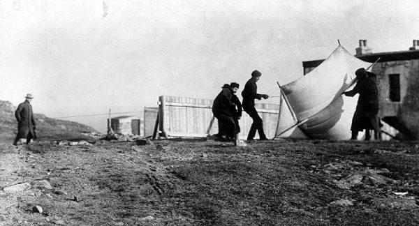 Marocni wraz z współpracownikami testuje sprzęt do transmisji - ok.1901 roku