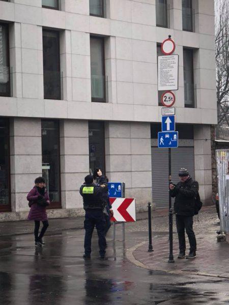 Skrzyżowanie Miodowej i Jakuba w Krakowie. Nawet strażnik miejski nie dowierza, że widzi, to co widzi.