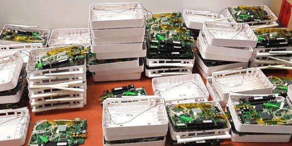 Rozkręcone terminale Alcatel-Lucent ONT I-240W-A czekające na wymianę uszkodzonych modułów pamięci flash. (źr.TPnets.com)