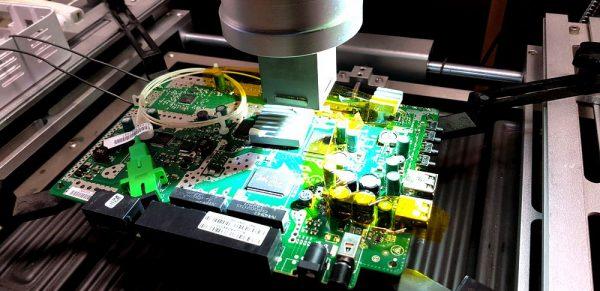 Stacja lutownicza wykorzystywana w procesie usuwania i montażu powierzchniowego uszkodzonych modułów pamięci. (źr.TPnets.com)